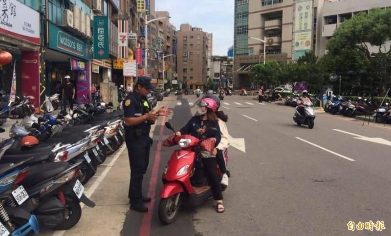 警方11月1日起將針對闖紅燈及紅燈右轉等交通違規行為加強取締。(記者周敏鴻攝)