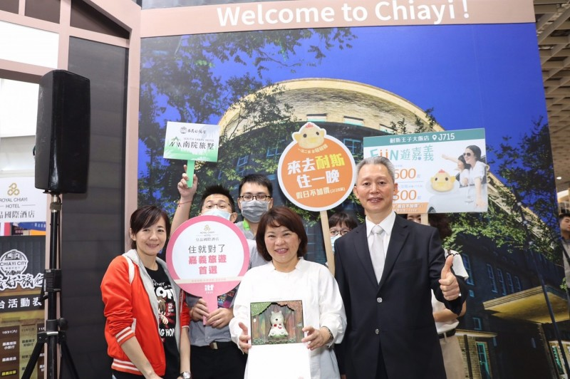 嘉義市長黃敏惠(中)與旅宿業者在「台北國際旅展」推銷嘉市食、宿、遊、購,邀請大家一起感受嘉市城市魅力。(嘉義市政府提供)