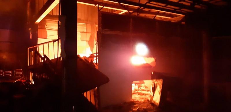 草屯鎮郊區一家禮儀社上月17日倉庫才失火,今天凌晨又發生火災,最先燒起來的疑似是上月沒有燒完的棺材。(民眾提供)