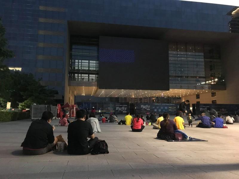 台中市政府在市府廣場直播中華職棒總冠軍賽,畫面不穩,讓球迷時常看到「黑畫面」,十分不爽。(記者蘇金鳳翻攝)