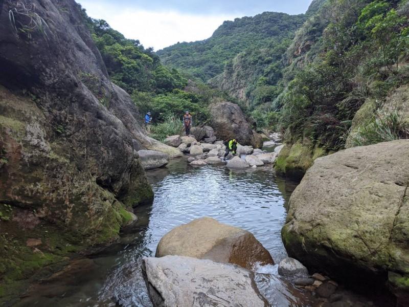 59歲陳姓婦人參加台北市某旅行社召集的登山團,與80多名登山同好一起攀爬近來頗為熱門的瑞芳小錐麓登山步道,疑似在拍照時從峭壁上墜落約2公尺下方的小鬼湖。(記者林嘉東翻攝)