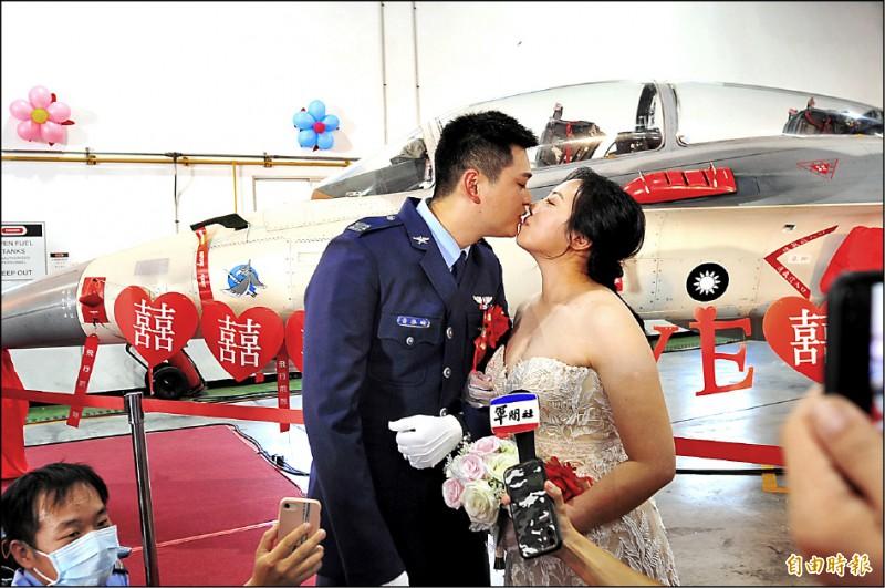 空軍基地聯合婚禮,飛官新郎黃泓瑜(左)與新娘郭馨儀(右)都駕駛F5戰鬥機。(記者王捷攝)