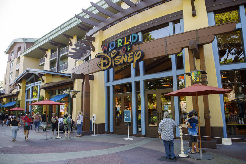 美國疫情加劇,佛州迪士尼29日致函佛州與地方官員,表示將在年底裁減1.1萬名工會員工。(彭博)