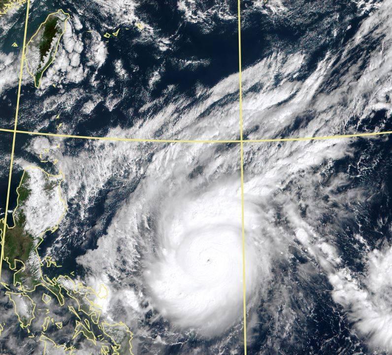 今年第19號颱風「天鵝」自週四晨生成,在短短不到兩天內增強為超級強颱,一舉登上今年風王寶座。(擷取自中央氣象局)
