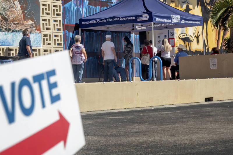 有不肖人士冒用已故民眾名義註冊選民身分,所幸被及時發現。圖為佛州選民等待投票情況。(歐新社)