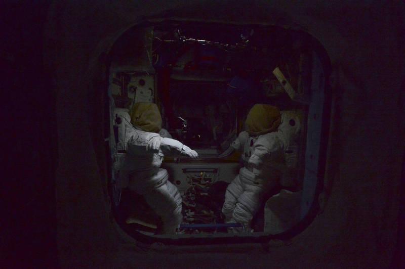 照片中兩件無人穿著的太空衣因失去重力而漂浮於空,有如獲得生命般在對彼此低語,讓畫面看上去格外詭異。(擷取自NASA)