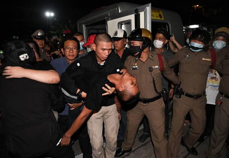 泰國警方欲將被保釋的社運領袖扣留在警局,引發衝突。其中帕努蓬移送警局後昏迷送醫。(路透)