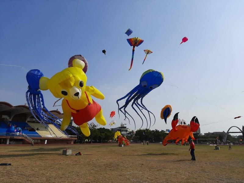 下午終於起風了,鹿港風箏節的造型風箏也起飛了。(記者劉曉欣翻攝)