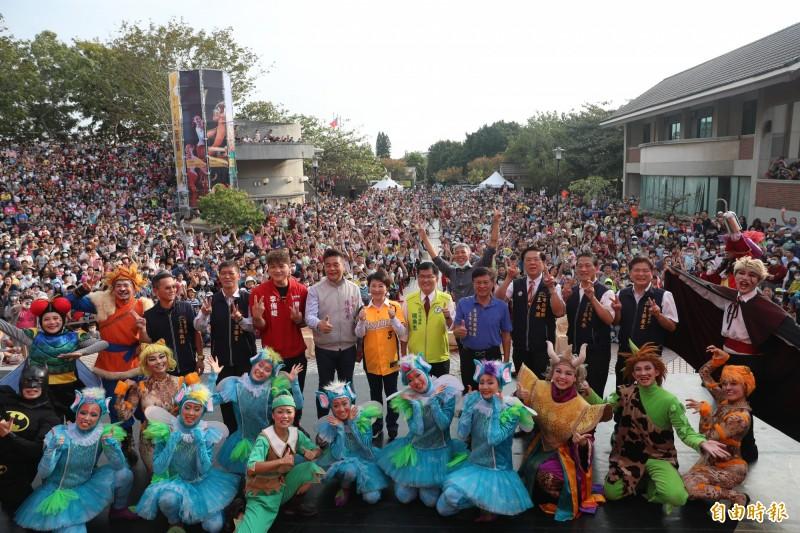 港區藝術中心慶祝營運20周年,市長盧秀燕與現場民眾一起大喊「生日快樂」。(記者歐素美攝)