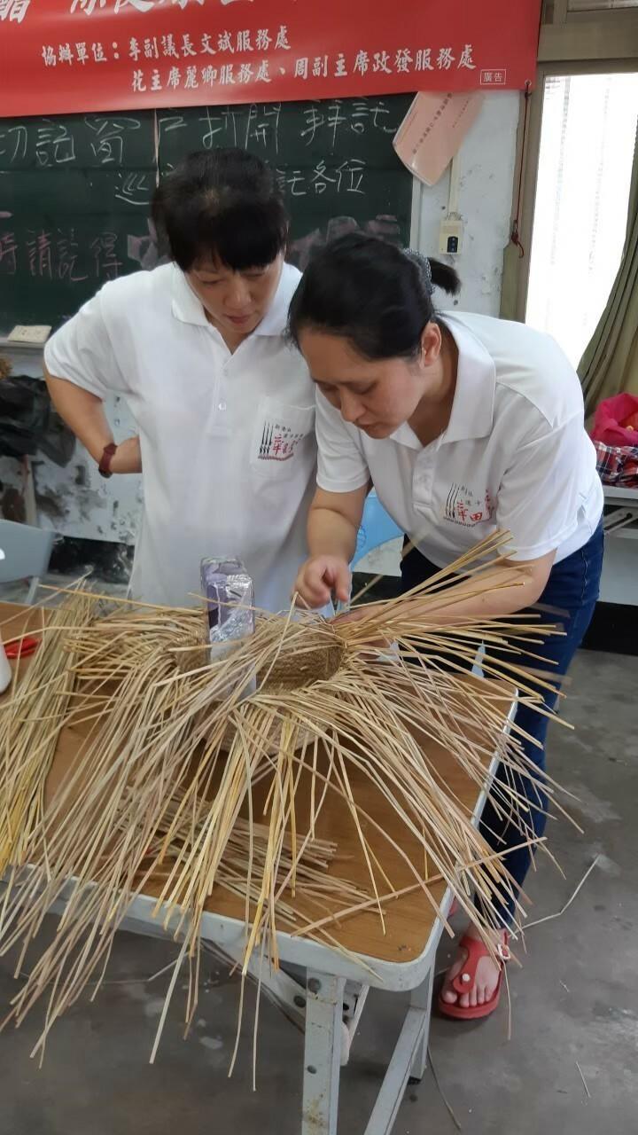 重振傳統文化,苗栗道卡斯族人傳承藺草編織。(苗栗縣道卡斯文化協會提供)