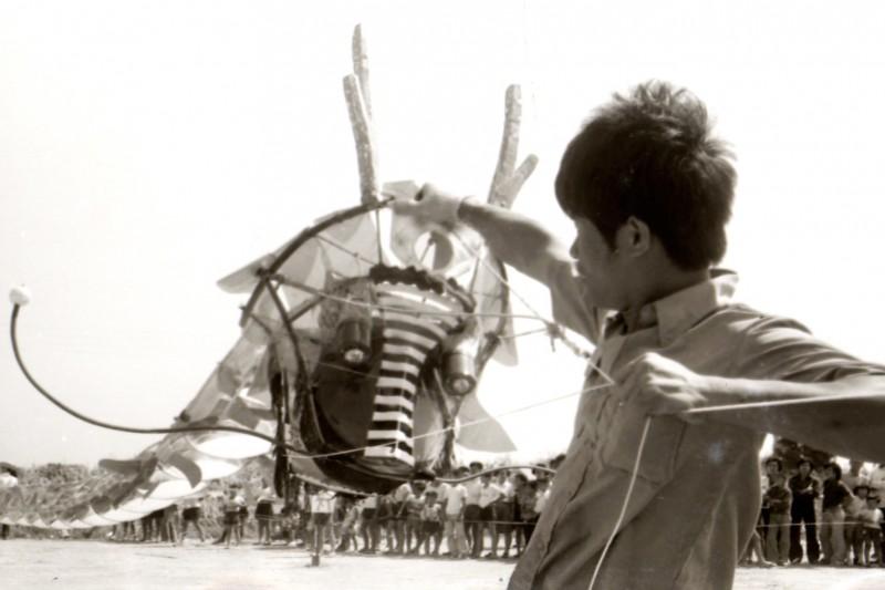 鹿港40多年前配合龍舟賽舉辦全國民俗才藝活動,在舊鹽田舉辦放風箏,早年手作風箏非常精美。(鐘清溪提供)