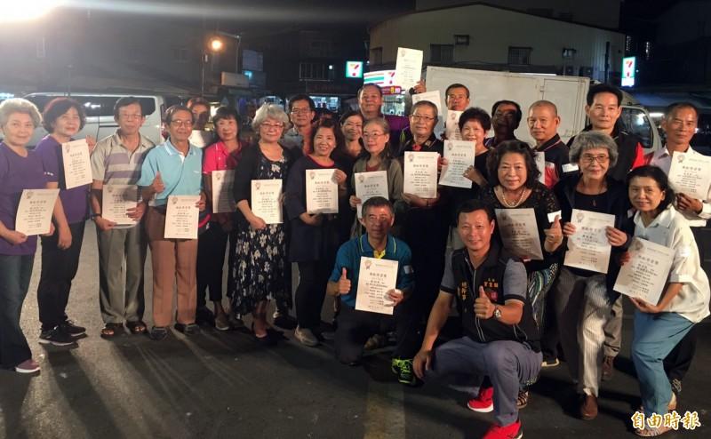 台江敬老日音樂晚會公開表揚今年獲得終身學習楷模的學員。(記者蔡文居攝)
