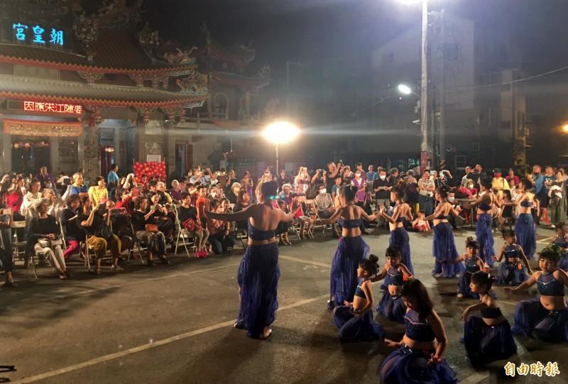 親子肚皮舞在海尾朝皇宮廟埕演出,精彩的表演贏得滿場掌聲。(記者蔡文居攝)
