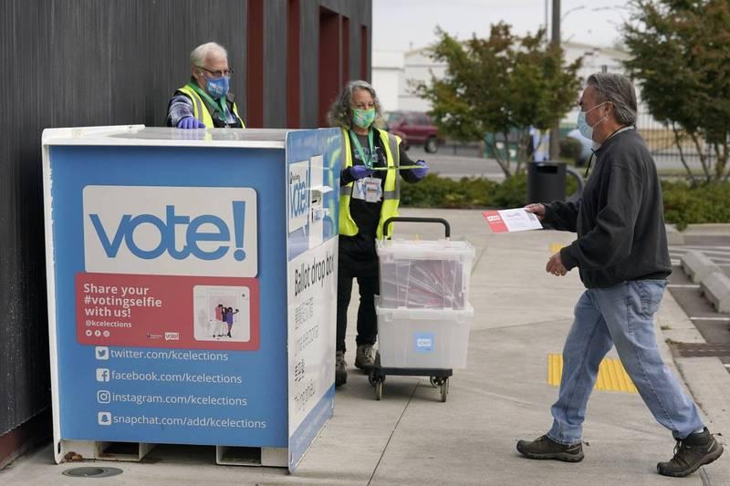 美國大選正如火如荼地展開,威斯康辛州癌末病患開心地投下了人生第1張選票,但過沒幾天就因為撒手人寰,而她的選票按照威州制度將不予計算。圖為美國的郵寄投票箱。(美聯社)