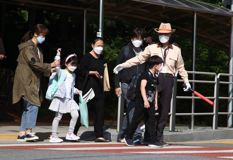 首爾市自11月13日0時起,將對進入高、中風險設施卻不戴口罩者祭罰款處罰。圖為南韓街景。(歐新社)
