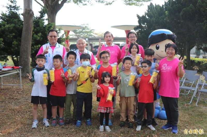 興華國小今天頒發前10名學童,其中三年級學童周天後(前排左2)這學期已累積跑了318圈,全校最高。(記者黃淑莉攝)