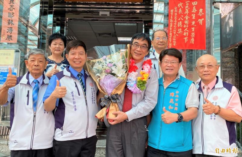 台南市好人好事運動協會理事長郭治華(前左二)和幹部,今天(2日)特地到向獲得好人好事「八德獎」的田春生(前中)醫師獻花和張貼紅榜表達祝賀。(記者楊金城攝)