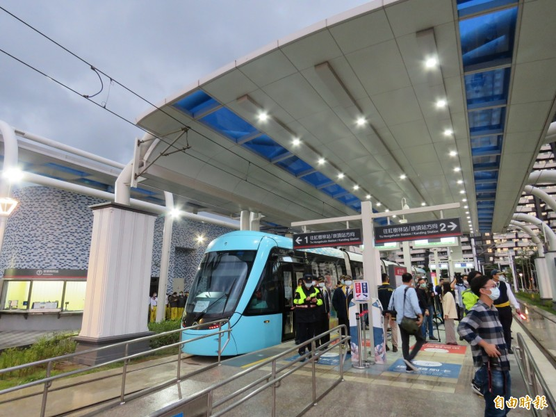 新北市長侯友宜今天下午前往視察淡海輕軌第一期藍海線營運前整備狀況。(記者陳心瑜攝)