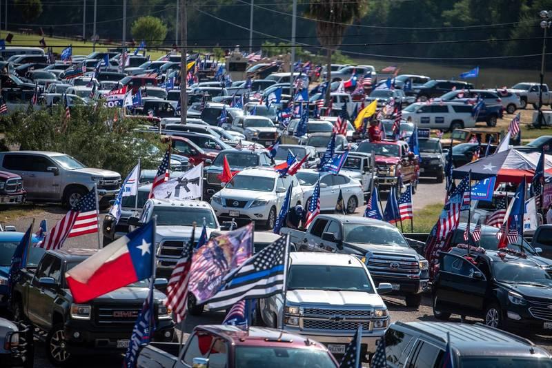 拜登競選團隊的1輛巴士上週五在德州進行宣傳時,遭到「川普列車」車隊近百輛汽車包圍。圖為「川普列車」車隊。(美聯社)