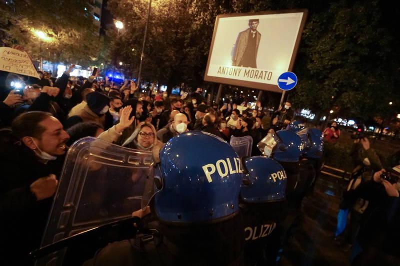 義大利民眾不滿政府又重新頒布封城令,南部第一大城那不勒斯更於上週爆發了抗議事件。(歐新社)
