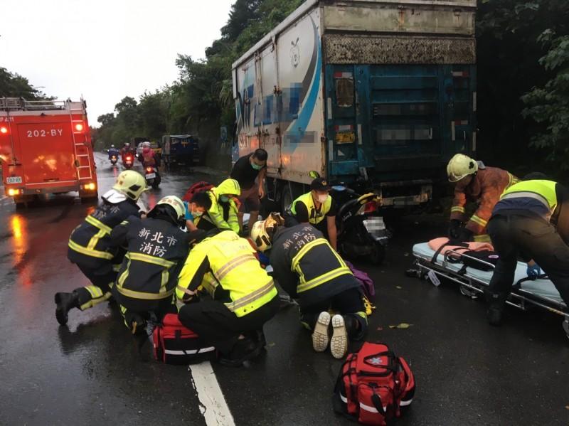 救護人員趕抵現場,緊急將賴、黃夫妻送往醫院搶救(記者吳昇儒翻攝)