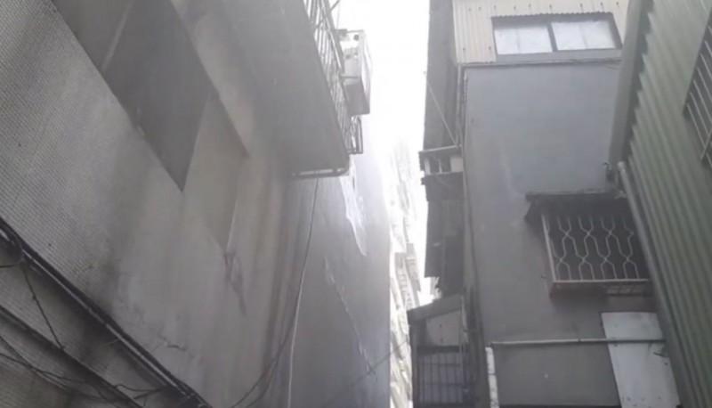 北市萬華區環河南路一段的一棟老舊公寓住宅發生火災。(記者劉慶侯翻攝)