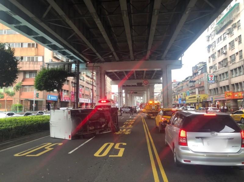 小貨車遭違規迴轉轎車撞翻。(記者陳薏云翻攝)