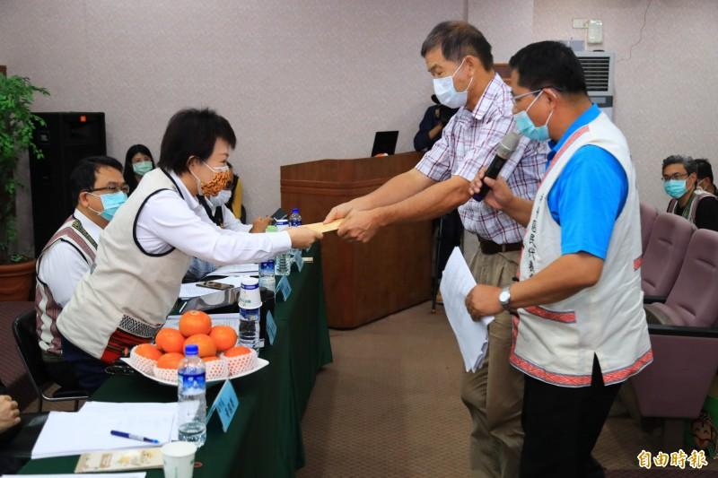 和平區代表徐裕傑(右二)及羅清輝(右一)交陳情書給市長盧秀燕,盼「以輔導代替處罰」露營區業者。(記者歐素美攝)