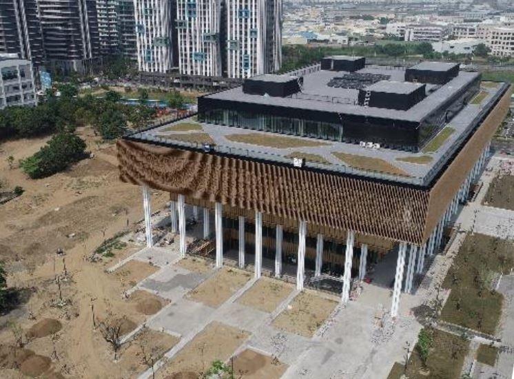 台南市立總圖書館新館,目前工程進度達98%,預計明年1月初開幕。(記者洪瑞琴翻攝)