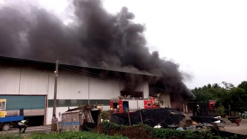 屏東縣消防局接獲火警通報,派遣人員火速搶救。(記者陳彥廷翻攝)
