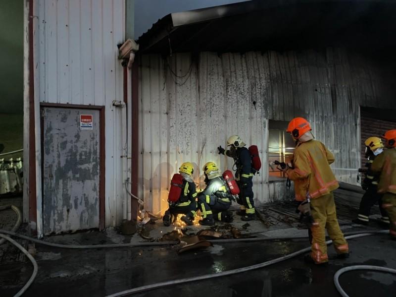消防人員破壞鐵皮入內救火。(記者陳彥廷翻攝)
