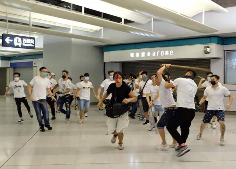 去年7月21日晚間香港元朗地鐵站爆發成群白衣人持藤條、棍棒毆打路人,致多人受傷。(資料照,圖擷取自《香港突發事故報料區》臉書)