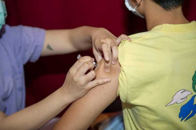 疾管署今日公布,國內再新增33件流感疫苗不良通報事件,其中新增1例七旬老婦打完流感疫苗後死亡個案,由於本身有不少慢性病,專家認為死因為心血管疾病,與流感疫苗無關。(示意圖,資料照)