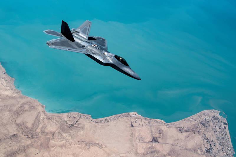 美國國防部長艾斯培向以國官員表示,華府已批准向以色列軍售F-22猛禽戰鬥機及精準導引炸彈,圖為美國空軍F-22戰鬥機。(路透(
