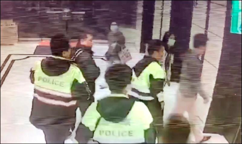 10月23日澎恰恰去喬債時,刑事局獲報派大批警力救援。 (記者姚岳宏翻攝)