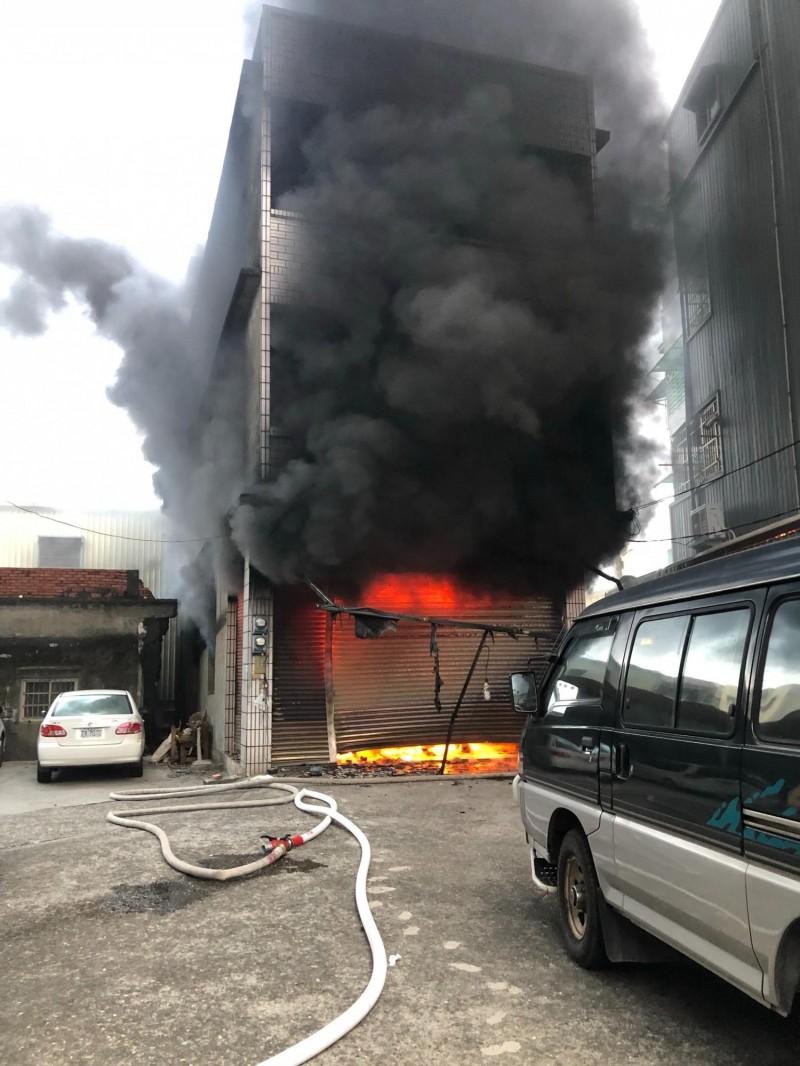 高雄市彌陀區產業路東一巷一戶民宅,今天清晨6點21分發生火警。(記者蘇福男翻攝)