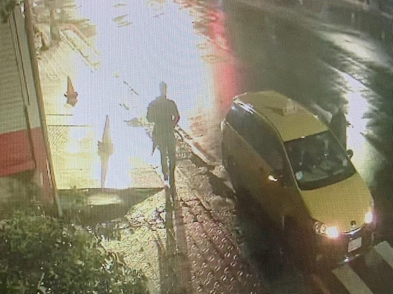 監視器拍下王男在得手後,另攔計程車離開現場。(資料照,記者徐聖倫翻攝)