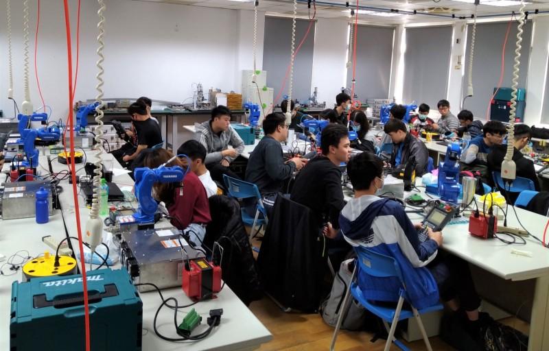 勞動署雲嘉南分署依市場趨勢,開辦5+2創新產業職訓課程。(記者楊金城翻攝)