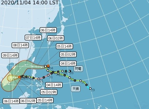 閃電颱風目前位於鵝鑾鼻東南東900公里海面上,且受太平洋高壓西升影響,路徑持續北偏,今晚起颱風開始進入巴士海峽,預計週五最靠近台灣,也是颱風最強的時候。(氣象局提供)