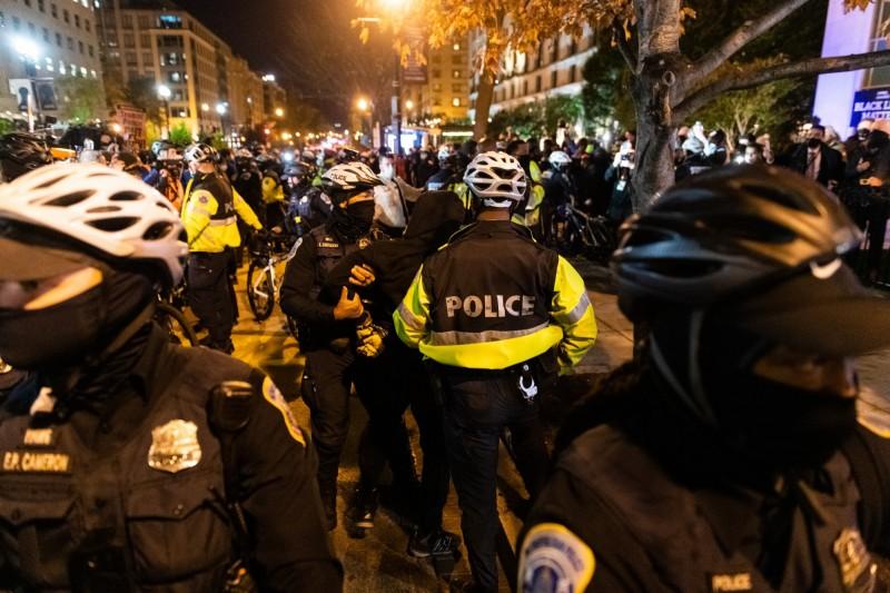 2020年美國總統選舉4日一開始計票,川普即自行宣告當選,引發示威者抗議,華府爆發警民衝突。(彭博)