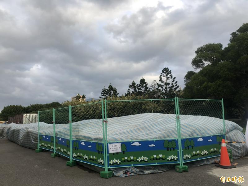 新北市八里污水處理廠今年7月起暫置約1800公噸污泥於廠內。(記者周湘芸攝)