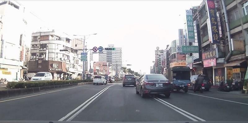 屏東縣汽車駕駛人因跨越雙白實線遭舉發開罰的交通違規件數每年超過2萬件。(屏東監理站提供)