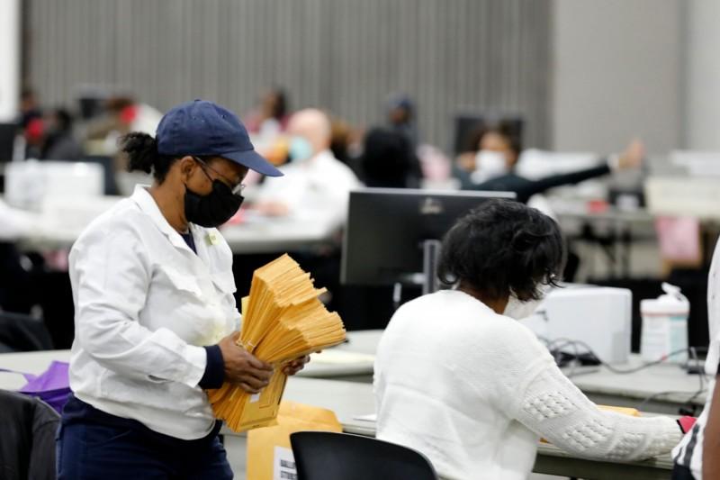 美國密西根州底特律的計票人員,正在進行不在籍投票的開票。(法新社)