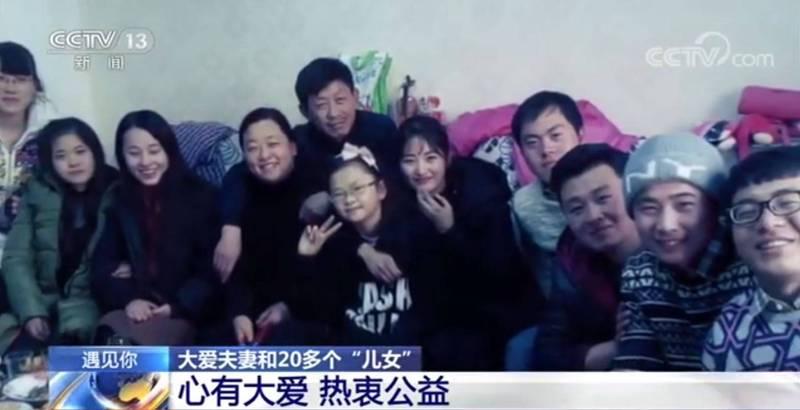 中國一對夫婦,兒子在8年前因為意外去世,他的20多位朋友決定代替他替父母盡孝,甚至改口稱呼夫婦倆爸媽,夫婦倆也會在孩子們結婚時以父母的身分出席,成為一段佳話,令人動容。(圖片擷取自微博)
