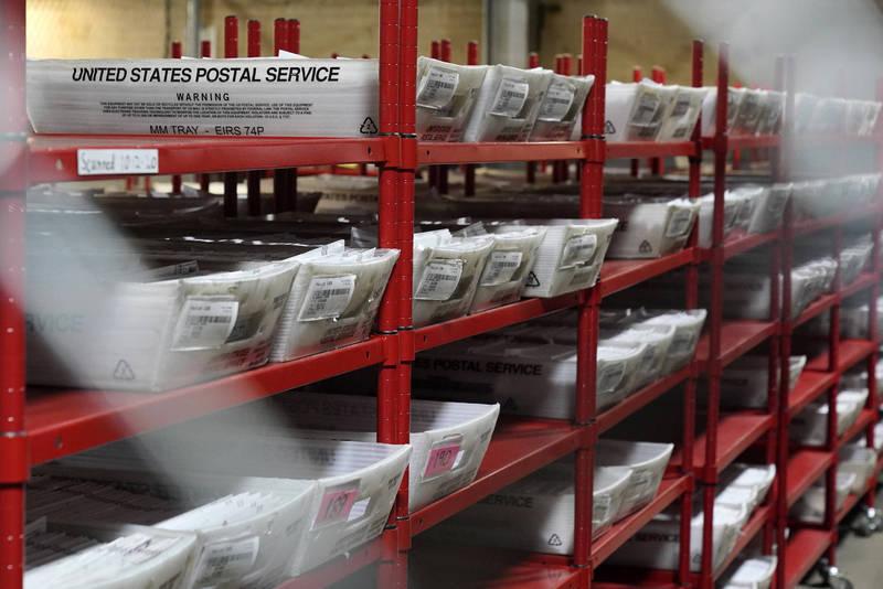 美國總統大選開票作業正在進行中,美國郵政總局卻在此時要求延長投票期限,原因是包括賓州、喬治亞州等搖擺州在內,有12郵政區約30萬張郵寄選票還沒完成清點程序。(美聯社)