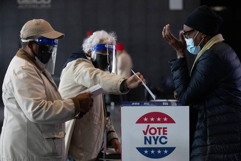 美國總統大選於美東時間3日清晨5時(台灣時間3日晚間6時)起登場,各地湧現投票人潮。(彭博)
