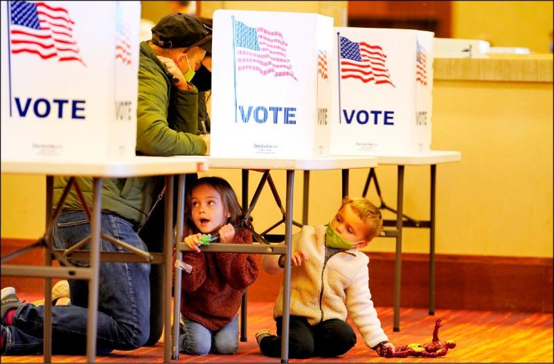 美國肯塔基州傑斐遜敦市(Jeffersontown)一處投票所三日實況。(路透)