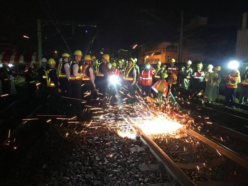 行政院長蘇貞昌深夜到宜蘭為台鐵工作人員打氣,民進黨立委陳歐珀說,讓宜蘭多了溫暖。(圖取自陳歐珀臉書)