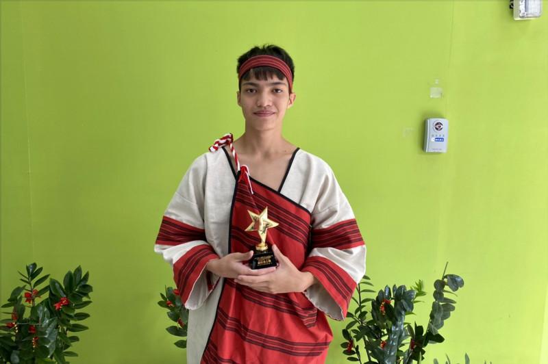 暨大附中賽德克族學生石榮得,為了練膽量,比賽前數度到西門町大聲地與街頭藝人合唱,比賽果然獲得最佳勇士獎。(暨大附中提供)