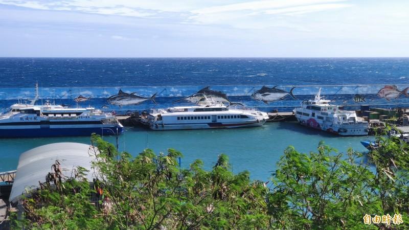 閃電颱風逼近,台東富岡漁港船隻紛入港避難。(記者陳賢義攝)